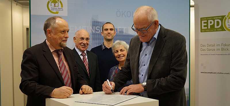 Unterzeichnung der gegenseitigen Anerkennung von IBU und EPD danmark auf der BAU 2015